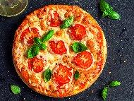 Оригинална рецепта за класическа пица маргарита с хрупкаво домашно тесто с прясно мляко и мая и плънка с домати и моцарела